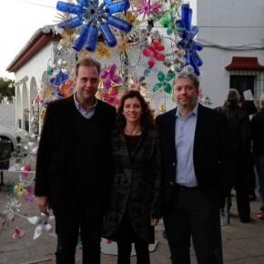 El grupo municipal acude al estreno del árbol de Navidad reciclado de Churriana