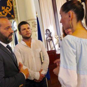 Cassá recibe a Nacho Dean, el primer español en dar la vuelta al mundo a pie