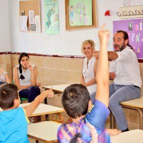 Cassá visita a los escolares que reciben apoyo escolar en el CEIP Ángel Ganivet, en Mangas Verdes