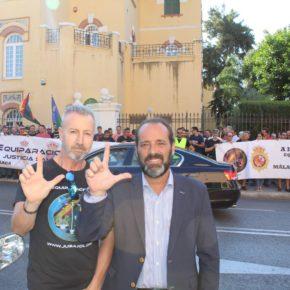 Cassá asiste a la concentración de Jusapol Málaga en apoyo a la equiparación salarial